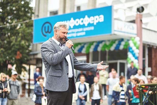 Основатель iSpring Юрий Усков на торжественной линейке в Инфосфере